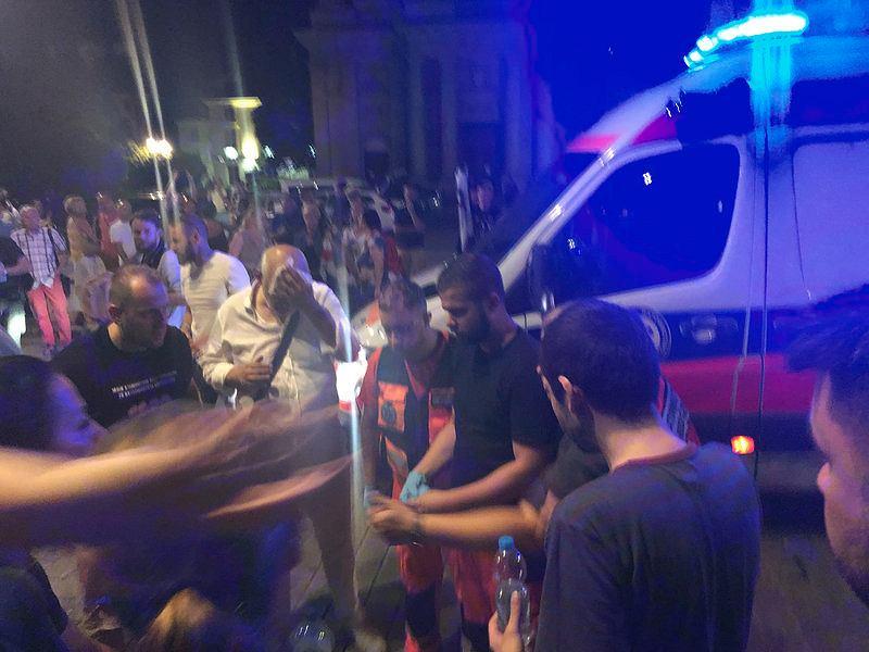 Niespokojna noc przed Pałacem Prezydenckim po tym, jak prezydent Andrzej Duda podpisał ustawę oddającą kontrolę nad sądami w ręce PiS. Policjanci użyli gazu wobec osób broniących Sądu Najwyższego przed upartyjnieniem