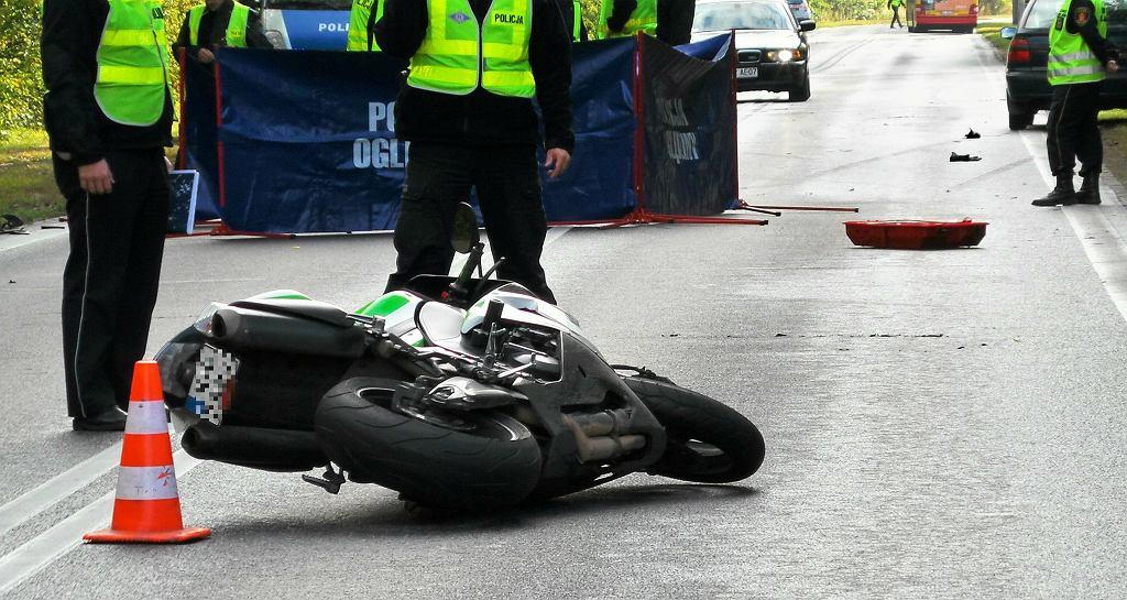 Wypadek z udziałem motocyklisty (zdjęcie ilustracyjne)