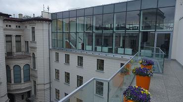 Muzeum Sztuki w Łodzi po zakończonej modernizacji. Na zdjęciu nowopowstały taras oraz nadbudowana część budynku od strony ul. Gdańskiej, w której znajduje się czytelnia.