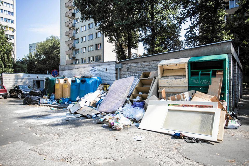 Śmieci zalegające od kilku dni na osiedlowej uliczce