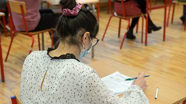 Próbny egzamin ósmoklasisty we wrocławskiej Szkole Podstawowa nr 29, 17 marca 2021 r.