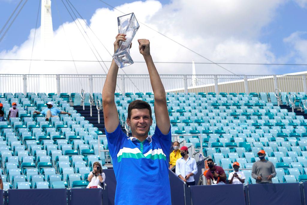 Hubert Hurkacz pokonuje w finale Miami Open włocha Yannika Sinner'a.