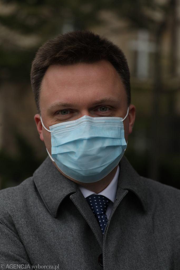 Szymon Hołownia pokazał zdjęcie w maseczce ze spaceru. Uwagę fanów przykuł jeden szczegół