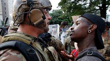 Żołnierz Gwardii Narodowej i jeden z uczestników protestów w Waszyngtonie
