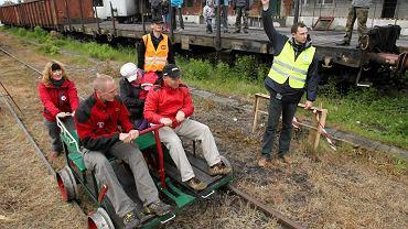 Stacja kolejowa Olsztyn Główny. Wyścigi ręcznie napędzanych drezyn kolejowych zorganizowane przez Towarzystwo Miłośników Kolei