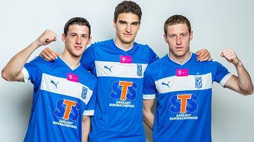 Aleksandar Tonew, Marcin Kamiński i Bartosz Ślusarski w koszulkach Lecha Poznań z logo STS