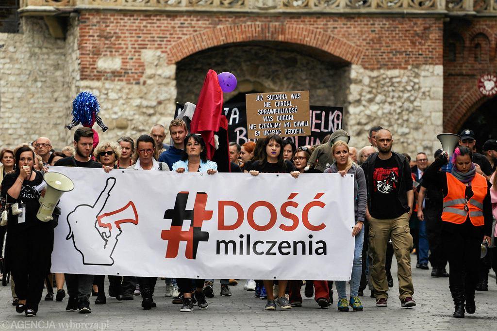 Kraków. Marsz przeciw pedofilii w Kościele pod hasłem 'Ręce precz od dzieci'