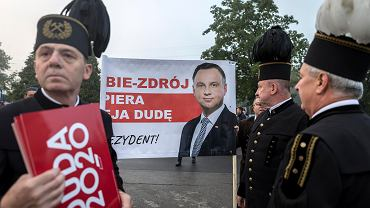 Wybory prezydenckie 2020. Na finiszu kampanii Andrzej Duda odwiedził Jastrzębie Zdrój, gdzie m.in. rozdawał kanapki górnikom idącym na szychtę