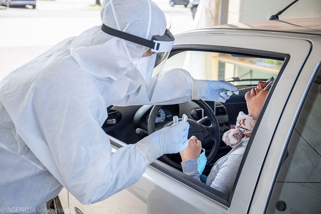 Pandemia koronawirusa. Pobieranie wymazów do badań na obecność zakażenia COVID-19. Poznań, 14 kwietnia 2020