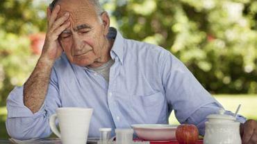 Problemy z pamięcią to tylko jedna z oznak otępienia. Oprócz nich może się ono objawiać także różnorodnymi zaburzeniami zachowania czy częstymi upadkami.