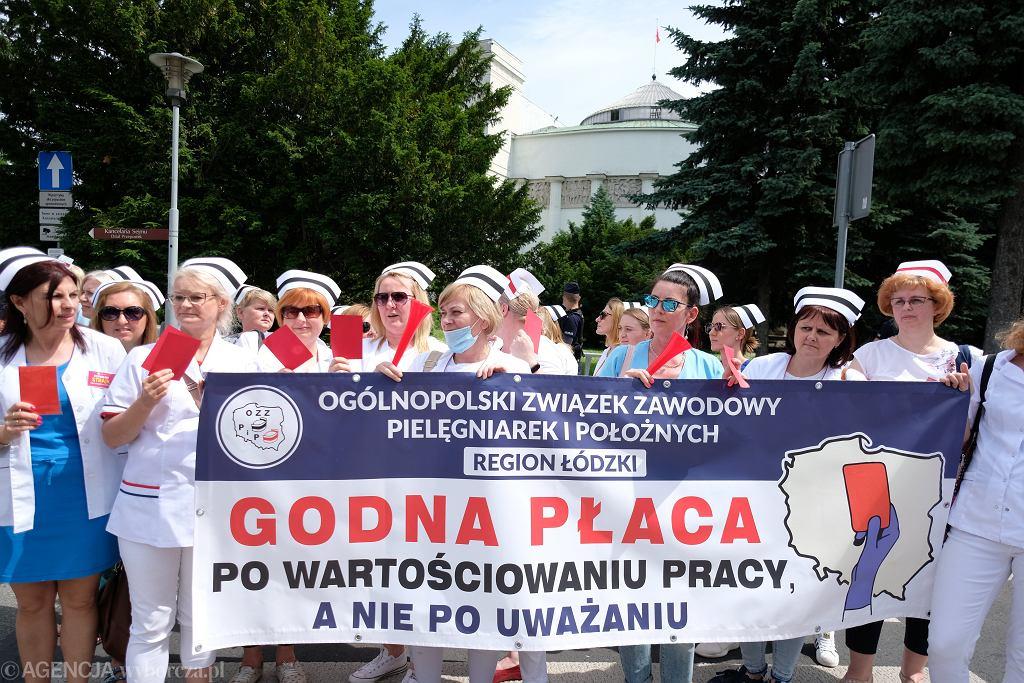 Protest pielęgniarek i położnych w Warszawie. Sejm odrzucił poprawki do ustawy