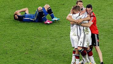 <b>Długo obie drużyny atakowały, ale nie padały gole. W końcu wygrali Niemcy. Co jeszcze zapamiętamy z finału na Maracanie?</b><br> Niemcy cieszą się z gola, Argentyńczycy trzymają się za głowy