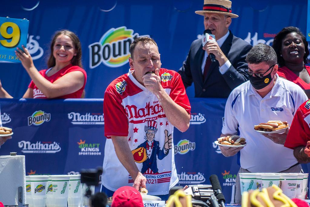 Dziesiątki hot dogów w 10 minut. Słynny zawodnik ustanowił nowy rekord. Ale czy jest się czym chwalić?