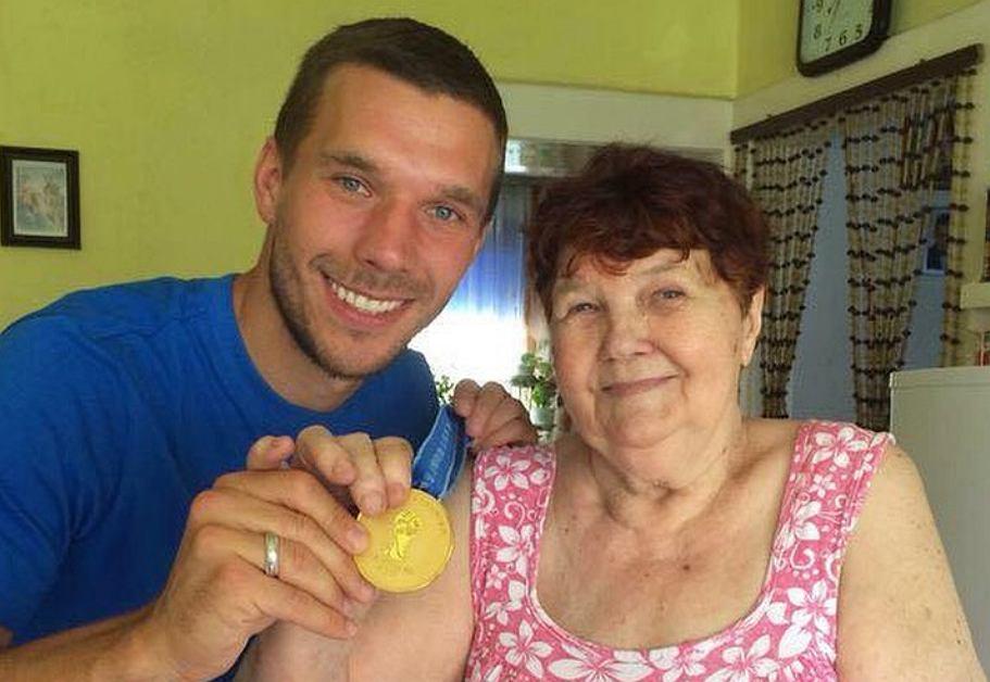 Lukas Podolski z babcią