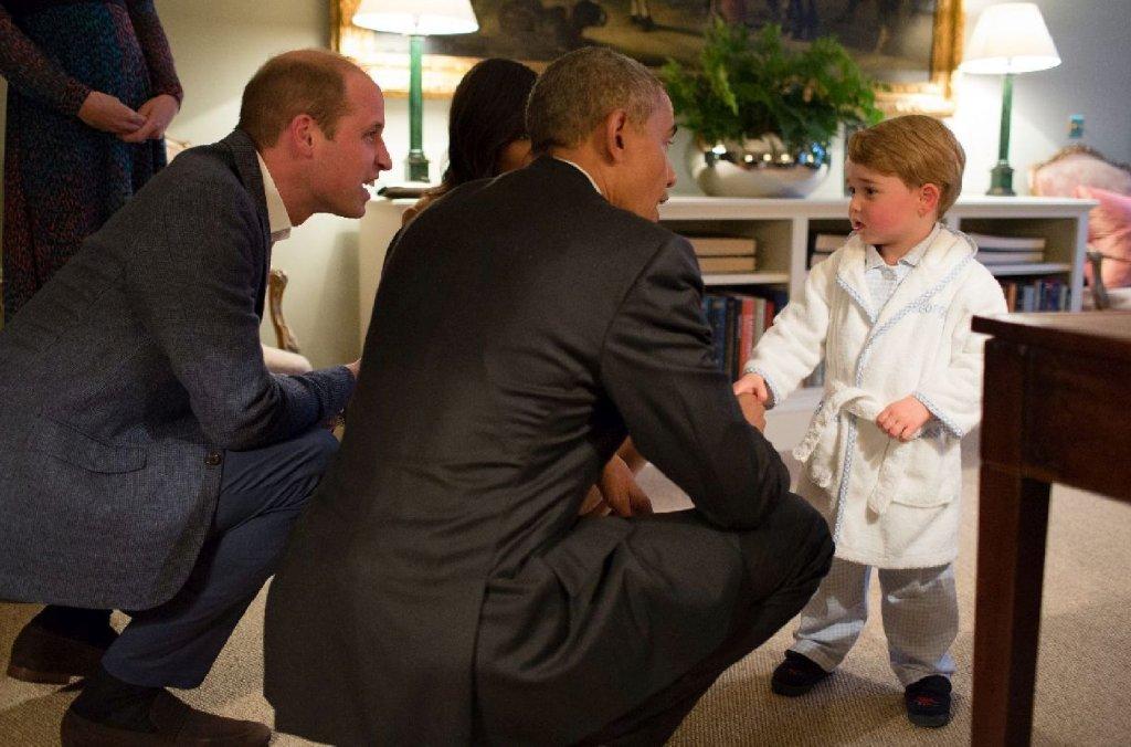 Barack Obama z żoną złożyli wizytę Williamowi i Kate. Z tej okazji książę mógł położyć się spać póżniej, ale prezydenta USA przywitał w... szlafroku. Zbyt urocze? To zobaczcie, jak bawi się na swoim bujanym koniu. Tym samym, którego Obamowie sprezentowali mu z okazji narodzin.