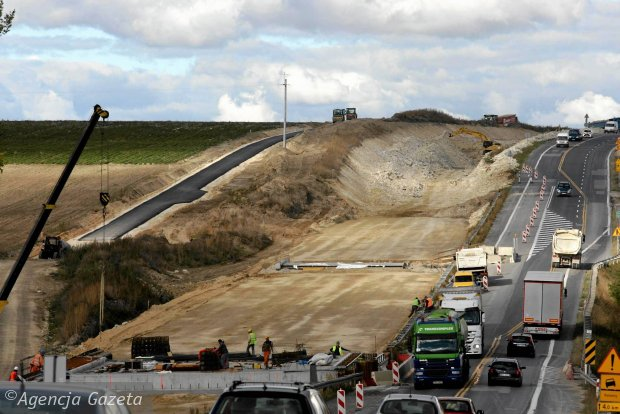 """Głębokie wykopy i pierwszy asfalt. Tak powstaje """"siódemka"""" [ZDJĘCIA]"""
