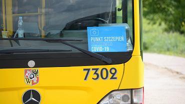 Mobilny punkt szczepień przeciw COVID-19 w autobusie MPK we Wrocławiu (zdjęcie ilustracyjne)
