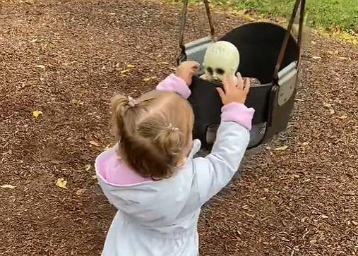 Dwulatka nie rozstaje się z przerażającą lalką.