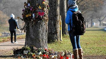 Ludzie zostawiają kwiaty niedaleko miejsca, gdzie znaleziono ciało studentki