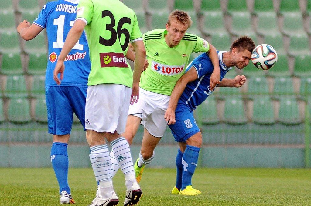Lech Poznań - Lechia Gdańsk 3:0 w sparingu w Grodzisku Wlkp. Hubert Wołąkiewicz (z prawej) w walce z Adamem Buksą