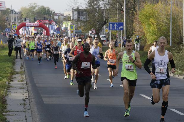 Zdjęcie numer 48 w galerii - Ponad 1200 biegaczy na starcie 37. Toruń Maraton, wygrał Łukasz Oskierko [ZDJĘCIA]