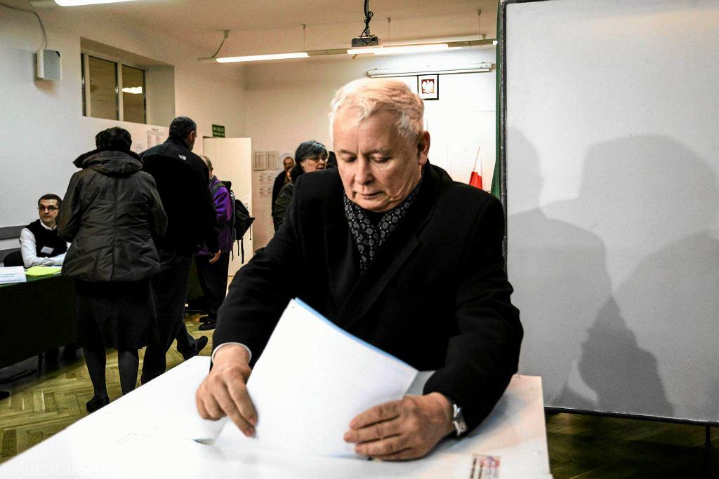 Jarosław Kaczyński głosuje w lokalu wyborczym przy ul. Siemiradzkiego w Warszawie