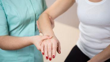 Zaburzenia czucia od palców do przedramienia to jedne z pierwszych objawów zespołu kanału Guyona