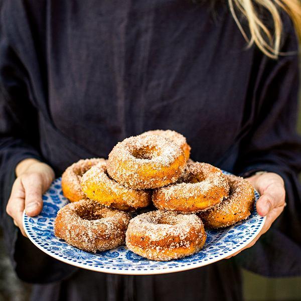 Pieczone dyniowe donuty zcukrem cynamonowym