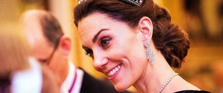 Księżna Kate na przyjęciu u królowej. W czarnej sukni od McQueena wyglądała jak z bajki. Ale spójrzcie na jej tiarę. To jedna z ulubionych Diany