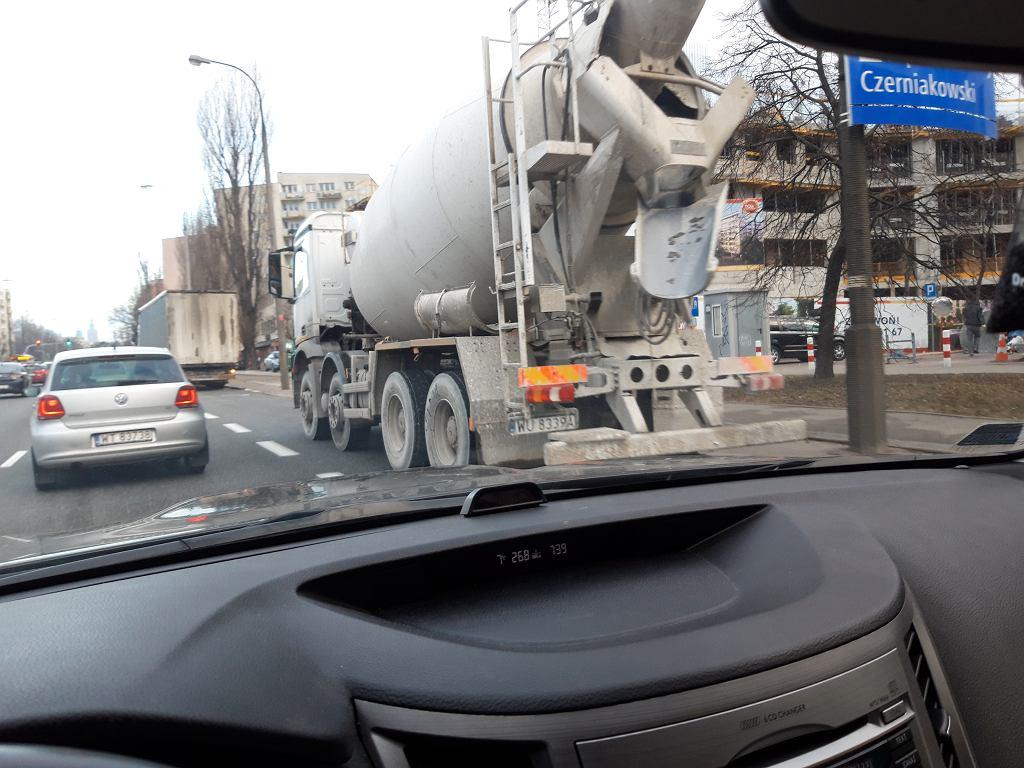 Ciężarówka i betoniarka blokują buspas na Sobieskiego na Mokotowie