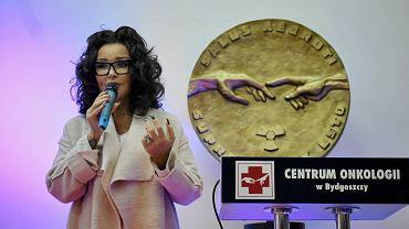 W sobotę, w Światowym Dniu Walki z Rakiem, Centrum Onkologii w Bydgoszczy zorganizowało Białą Sobotę. Jej dopełnieniem było dzisiejsze (6 lutego) spotkanie z projektantką mody Ewą Minge połączone z recitalem Anny Jurksztowicz. - Chciałam iść na medycynę, ale zniechęciły mnie realia w służbie zdrowia. Teraz pomagam w inny sposób - wyznała Minge, która założyła fundację Black Butterflies, jej celem jest m.in. wspieranie osób chorych na nowotwory i ich rodzin