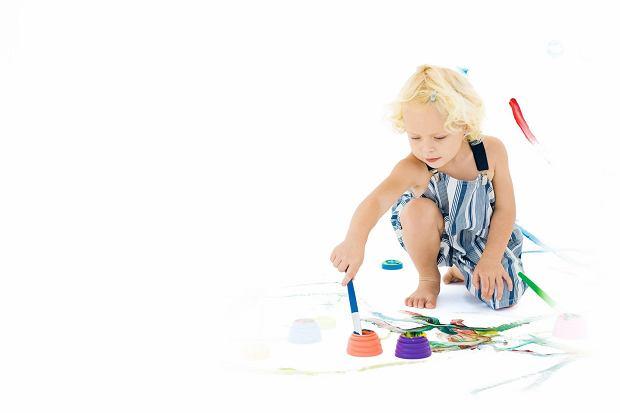 Pozwól dziecku na samodzielność. Czasami warto odpuścić i pozwolić maluchowi patrzeć na świat własnymi oczami