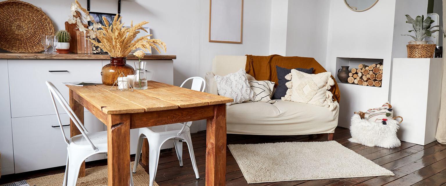 Naturalne materiały to te najmniej przetworzone: lite drewno, wiklina, kamień. (Fot. Shutterstock)