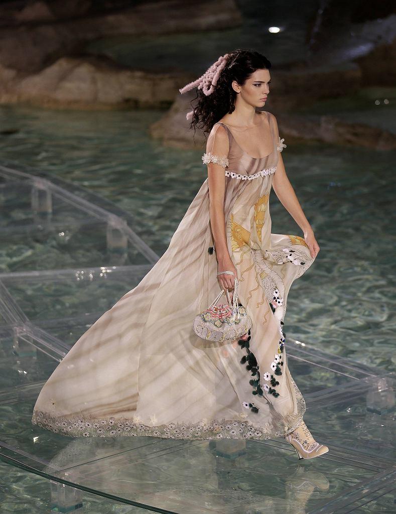 Jubileuszowy pokaz Fendi Haute Couture jesień-zima 2016 w Fontannie Di Trevi