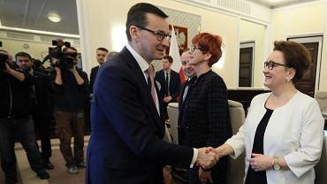 Premier Morawiecki i szefowa MEN Anna Zalewska przed posiedzeniem rządu.