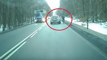 Kierowca auta zajechał drogę rowerzyście