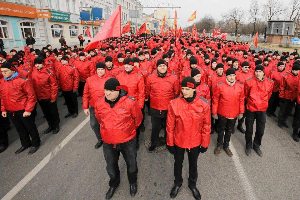 Podczas marszu prowojennego Kurginian przemawiał ze sceny: Brudni faszyści dorwali się do władzy w Kijowie i wyciągnęli swoje łapy w hitlerowskim pozdrowieniu.  Na koniec Kurginian wykrzyczał: