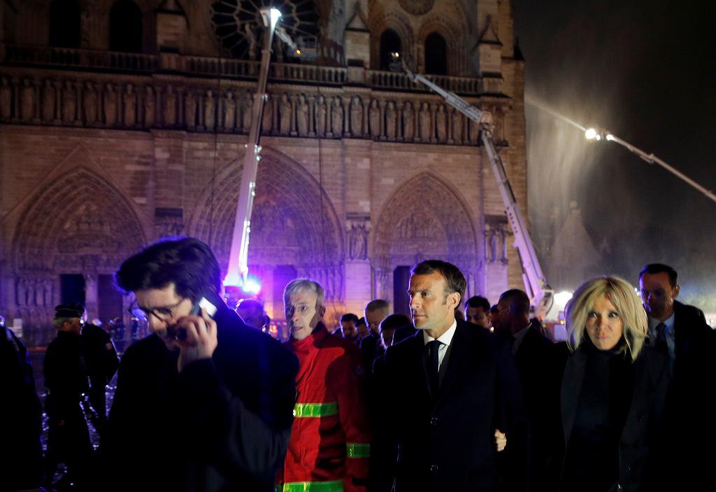 Prezydent Francji Emmaneul Macron przy katedrze Notre Dame