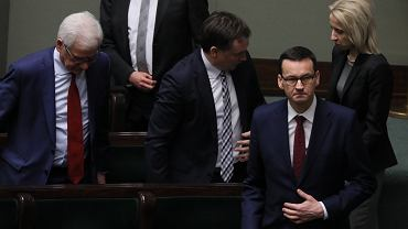 Premier Mateusz Morawiecki, z tyłu po prawej stronie minister finansów Teresa Czerwińska, w środku minister sprawiedliwości Zbigniew Ziobro i od lewej minister spraw zagranicznych Jacek Czaputowicz