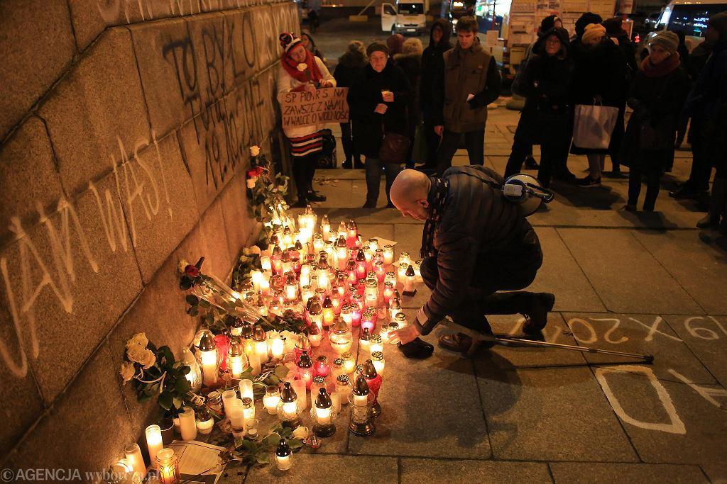 Znicze w miejscu, gdzie podpalił się Piotr S. - 30 października