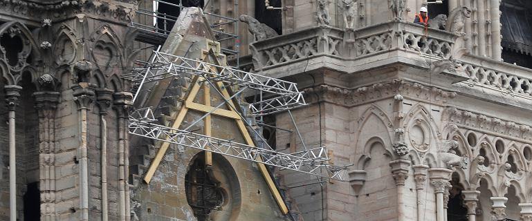 Wyścig z czasem w Paryżu. Idą ulewy, alpiniści rozstawiają dach-parasol