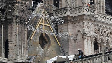 Notre Dame. Trwają prace nad rozmieszczeniem dachu nad katedrą
