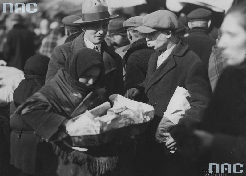 Sprzedawczyni racuchów na targowisku na pl. Kercelego