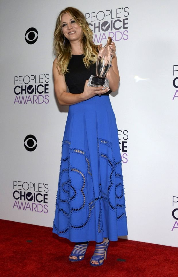 """Actress Kaley Cuoco poses with the favorite comedic TV actress award in the """"Big Bang Theory"""" at the 2014 People's Choice Awards in Los Angeles, California January 8, 2014. REUTERS/Kevork Djansezian (UNITED STATES-TAGS: ENTERTAINMENT) (PEOPLESCHOICE-BACKSTAGE)"""