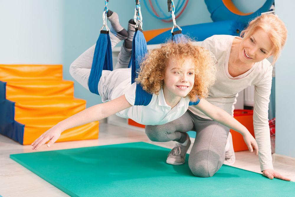 Terapia integracji sensorycznej oparta jest na zabawie, do której wykorzystuje się piłki i wałki, deskorolki, huśtawki, hamaki, platformy równoważne, talerze obrotowe.