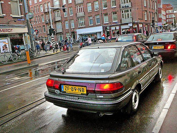 Szósta generacja Corolli z olbrzymimi tylnymi światłami
