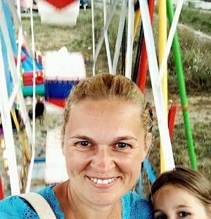 Barbara Nowacka z córką w wesołym miasteczku