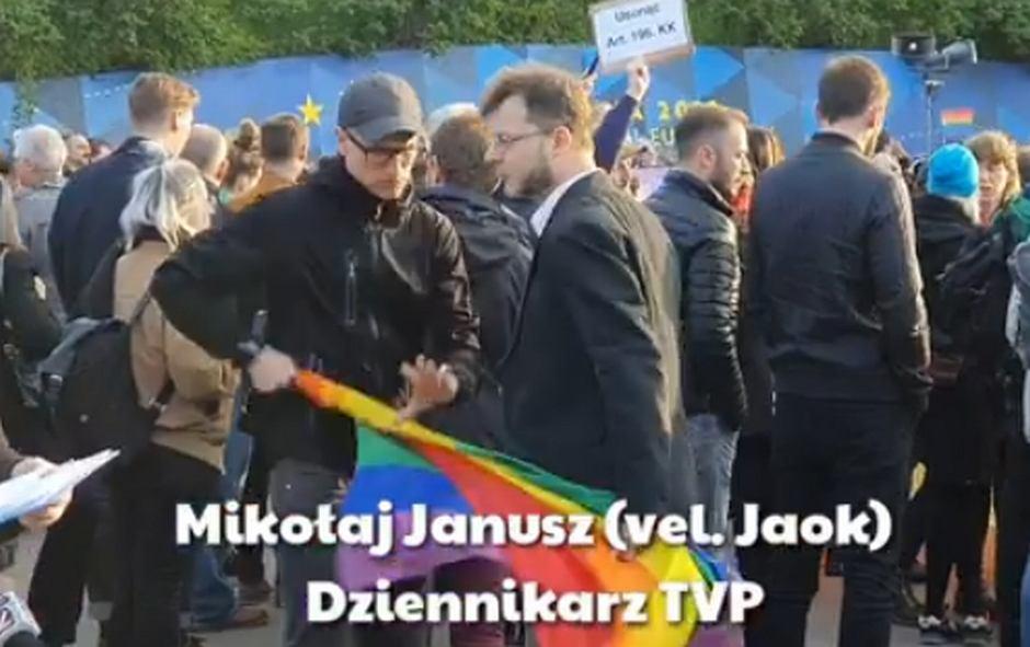 Mikołaj 'Jaok' Janusz próbował jednemu z uczestników wiecu wyrwać tęczową flagę