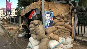 Zdjęcie prezydenta na prowizorycznym posterunku w Damaszku, w początkowym okresie wojny domowej