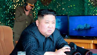 Korea Północna. Kim Dzong Un ogląda testy broni